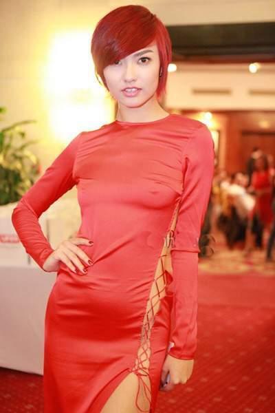 Hồng Quế diện váy quên nội y