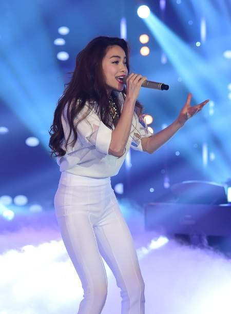 Hồ Ngọc Hà và Phương Uyên làm nóng sân khấu trong vai trò khách mời