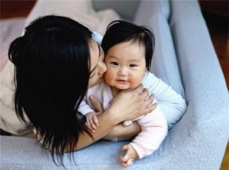 chăm sóc bé, tung lắc, cưng chiều, âu yếm, chơi với trẻ, tai nạn, nguy hiểm, kinh nghiệm làm cha mẹ