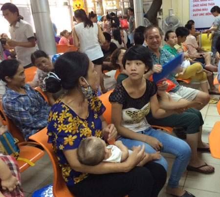Tiêm phòng, vắc xin, cháy hàng, vắc xin dịch vụ, bộ y tế, tiêm chủng mở rộng, trẻ em, cha mẹ, xếp hàng
