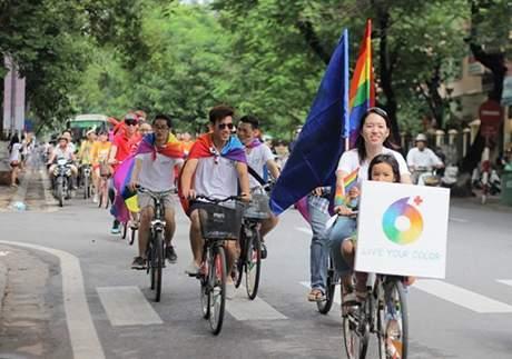 Running man Xuân Tiến đạp xe ủng hộ người đồng tính