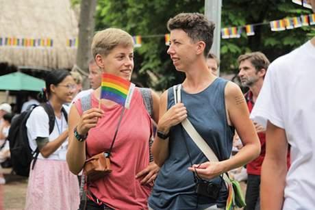 Các cặp đôi thoải mái thể hiện tình cảm của mình trong ngày hội dành cho cộng đồng LGBT.