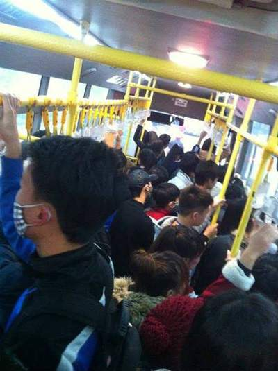 Lợi dụng sự đông đúc, chen lấn nhiều kẻ biến thái quấy rối tình dục trên xe buýt (Ảnh: TL)