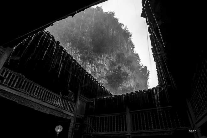 Khoảng trời ngày mưa trong không gian cà phê phố cổ tại Đồng Văn.