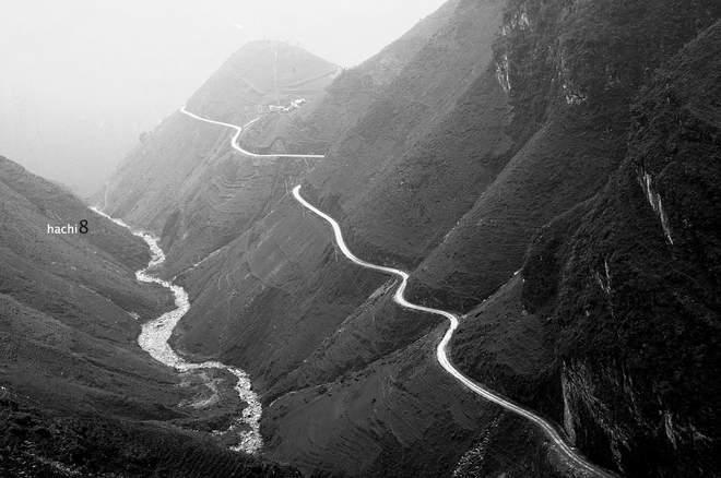 Đường đi Săm Pun vời vợi và quanh co. Con đường giống hệt như một dải lụa trắng vắt ngang lưng núi, cong cong, mềm mại, gọi mời.
