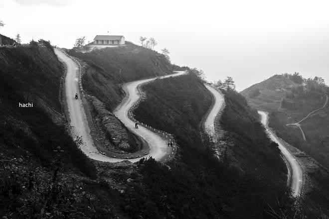 Quanh co khúc khuỷu đường lên vùng biên Săm Pun.