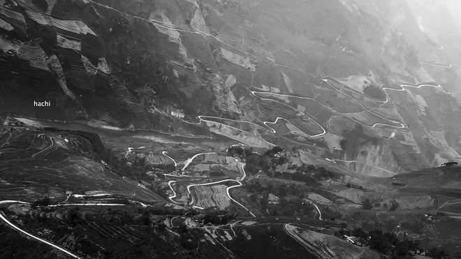 Từ trên cao, những con đường dưới chân núi ngoằn ngoèo, ngoạn mục đầy thi vị.