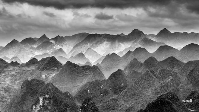 Những dãy núi tai mèo trùng trùng điệp kéo dài tít tắt tận chân trời.