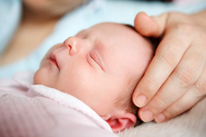 thay đổi, trẻ sơ sinh, tuần đầu, màu sắc da, dây rốn, giấc ngủ, giảm cân, bú mẹ, giao tiếp, tiêm phòng, giật mình, dính mắt, lưu ý