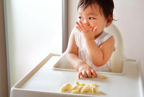 ăn dặm bé tự chỉ huy, ăn dặm blw, lợi ích ăn dặm blw, ưu nhược điểm của phương pháp cho bé ăn dặm blw