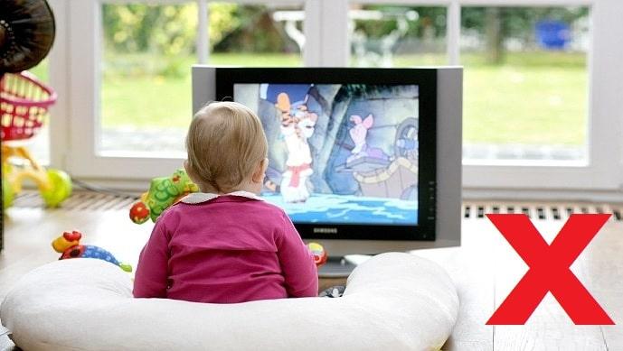 Những tác hại khôn lường khi cho trẻ vừa ăn vừa xem ti vi, điện thoại