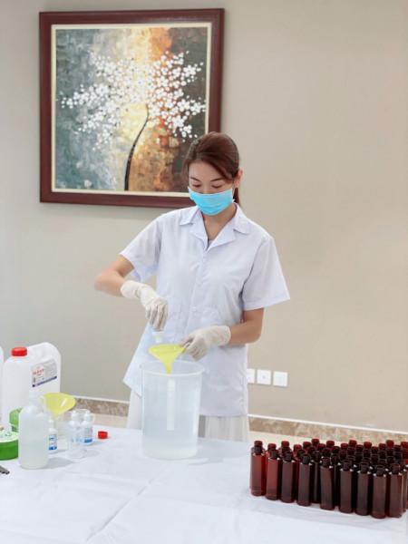 Á hậu Thụy Vân, làm khẩu trang, virus corona, phòng chống bệnh