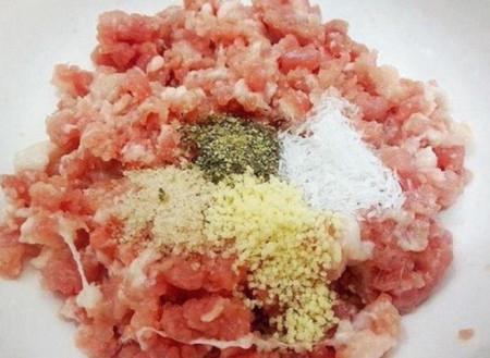 thịt lợn xay, thịt viên, gia vị, rau thơm, món ngon