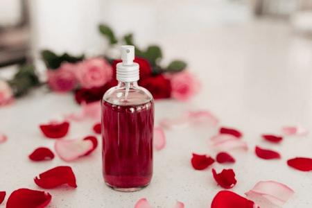 Nước hoa hồng là gì? Cách làm nước hoa hồng cực đơn giản ngay tại nhà