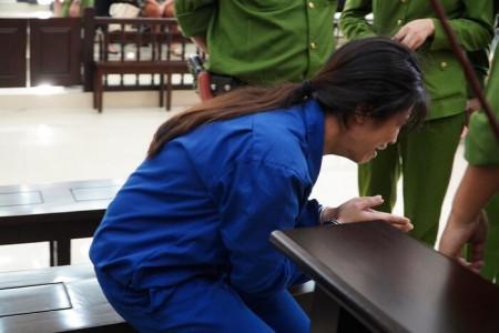 Chồng bị tuyên án tử hình, người mẹ bạo hành con gái tử vong gào khóc: 'Con xin mẹ giảm án cho chồng con'