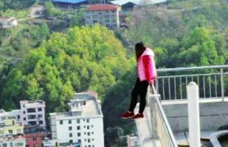 Chống quên mua quà sinh nhật, người phụ nữ đòi nhảy khỏi tòa nhà