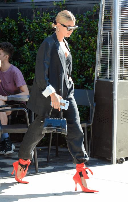 Bắt kịp hot trend mùa Hè 2021 với loạt gợi ý mix đồ từ giày buộc dây