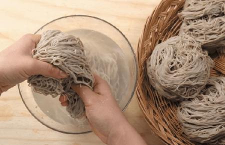 Học cách làm mì lạnh Hàn Quốc (NAENGMYEON) cho ngày hè oi bức