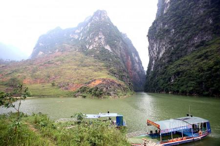 Lướt thuyền xuyên hẻm sâu nhất Đông Nam Á ở Việt Nam