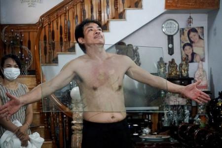 Kỳ lạ người đàn ông như nam châm khổng lồ, hút chặt các đồ vật vào cơ thể