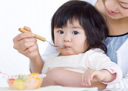 Trẻ bị sốt virus, cha mẹ cần lưu ý gì?
