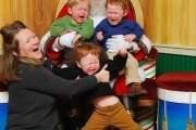3 đứa trẻ đang thể hiện sự bất hợp tác