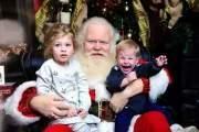 Phải chăng cậu bé đang giở món võ karate để hòng thoát khỏi vòng tay của ông già Noel?