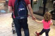 Làm bố là có thể đi siêu thị cùng hai đứa con.