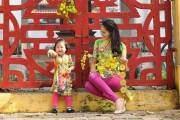 Hương Giang và con gái mặc áo dài đôi dạo phố