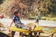 Bức hình chụp tại quãng đường đi từ Kathmandu. Tác giả chụp được khoảnh khắc vô tư của một cậu bé ngồi trên bàn nước.