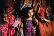 Đứa trẻ khép nép nắm chặt tay người mẹ ở Bangladesh năm 2003.