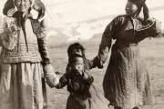 Mẹ con nắm tay trong bức ảnh chụp năm 1913 tại miền Bắc Mông Cổ. Tại Mỹ và nhiều quốc gia trên thế giới, Ngày của mẹ được tổ chức vào ngày chủ nhật thứ 2 của tháng 5 hàng năm.