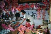 Hai mẹ con người Nhật Bản tại khu chợ ở Osaka năm 1950. Nhiếp ảnh gia của National Geographic mua tặng cô bé con búp bê đang cầm trên tay.