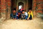 Những em nhỏ ở Bắc Ninh thường chơi bắn bi hàng ngày sau mỗi giờ tan học.