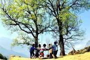 Trẻ người Mông ở Y Tý (Lào Cai) đùa nghịch với xích đu