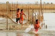 Sông nước cũng là nơi để lại cho nhiều người đã trưởng thành những kỷ niệm về một thời ấu thơ.