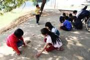 Các bé gái ở huyện Thạch Thất (Hà Nội) thả ô ăn quan, một trò chơi có từ nhiều đời.