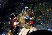 Trẻ em hồn nhiên đùa nghịch té nước bên giếng làng tại huyện Chương Mỹ (Hà Nội).