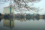 Được chia cách bởi đường Thanh Niên, hồ Trúc Bạch tuy nhỏ nhưng được nhiều người chọn làm nơi đạp vịt thư giãn.