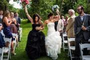 Bức ảnh của Lina và Moe. Hai cô dâu mặc hai chiếc váy cưới màu đen và trắng