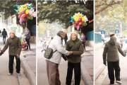 Cảnh ông cụ dắt bà cụ đi ven đường khiến nhiều người cảm động