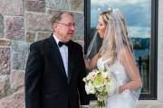 Ông bố ngậm ngùi trong những giây phút ở bên con trước khi cô dâu theo chồng về nơi mới.