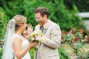 Gương mặt ông bố đầy biểu cảm bên cạnh cô con gái trong tiệc cưới.