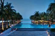 Khi hòa mình vào làn nước trong mát của bể bơi thuộc resort Nam Hải, Hội An, du khách có thể ngắm nhìn dải cát trắng của bãi biển ngay trước mặt.