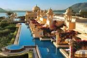 Khách sạn Oberoi Udaivilas ở Udaipur, Ấn Độ có một bể bơi rộng, bao quanh các phòng.
