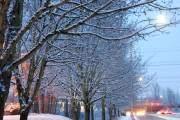 """Để tham gia các hoạt động được ưa thích trong mùa đông như trượt tuyết, bạn sẽ phải đi ra các hướng về phía đông như Steven Pass hoặc phía nam như Mt. Rainier. Washington là tiểu bang nằm ở bờ Tây của Mỹ, phía bắc giáp với nước láng giềng Canada, phía đông giáp với tiểu bang Idaho, phía nam giáp với Oregon và 253 km phía tây chạy dọc theo biển Thái Bình Dương. Ngoài tên chính thức được đặt tên theo vị tổng thống đầu tiên của Mỹ là George Washington, tiểu bang này có nickname là """"The Evergreen State"""" có l"""