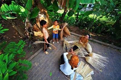 Trẻ nhỏ ở Hưng Yên ngày ngày chạy đùa trong vườn nhà, giúp bà đan nơm.