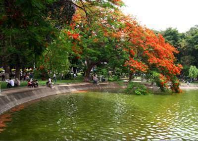 Hồ Gươm còn có tên gọi khác là hồ Lục Thủy, bao quanh là các con phố Hàng Khay, Đinh Tiên Hoàng, Lý Thái Tổ.