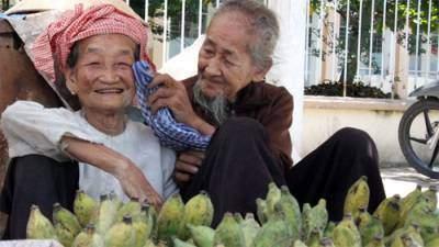 Hạnh phúc giản dị của cặp vợ chồng già ở thị trấn Cai Lậy, tỉnh Tiền Giang.