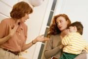 con khó ngủ, cháu theo bà ngoại, mẹ chồng nàng dâu, mâu thuẫn, không hài lòng, gia đình chồng chê bai, mẹ chồng phải xin lỗi